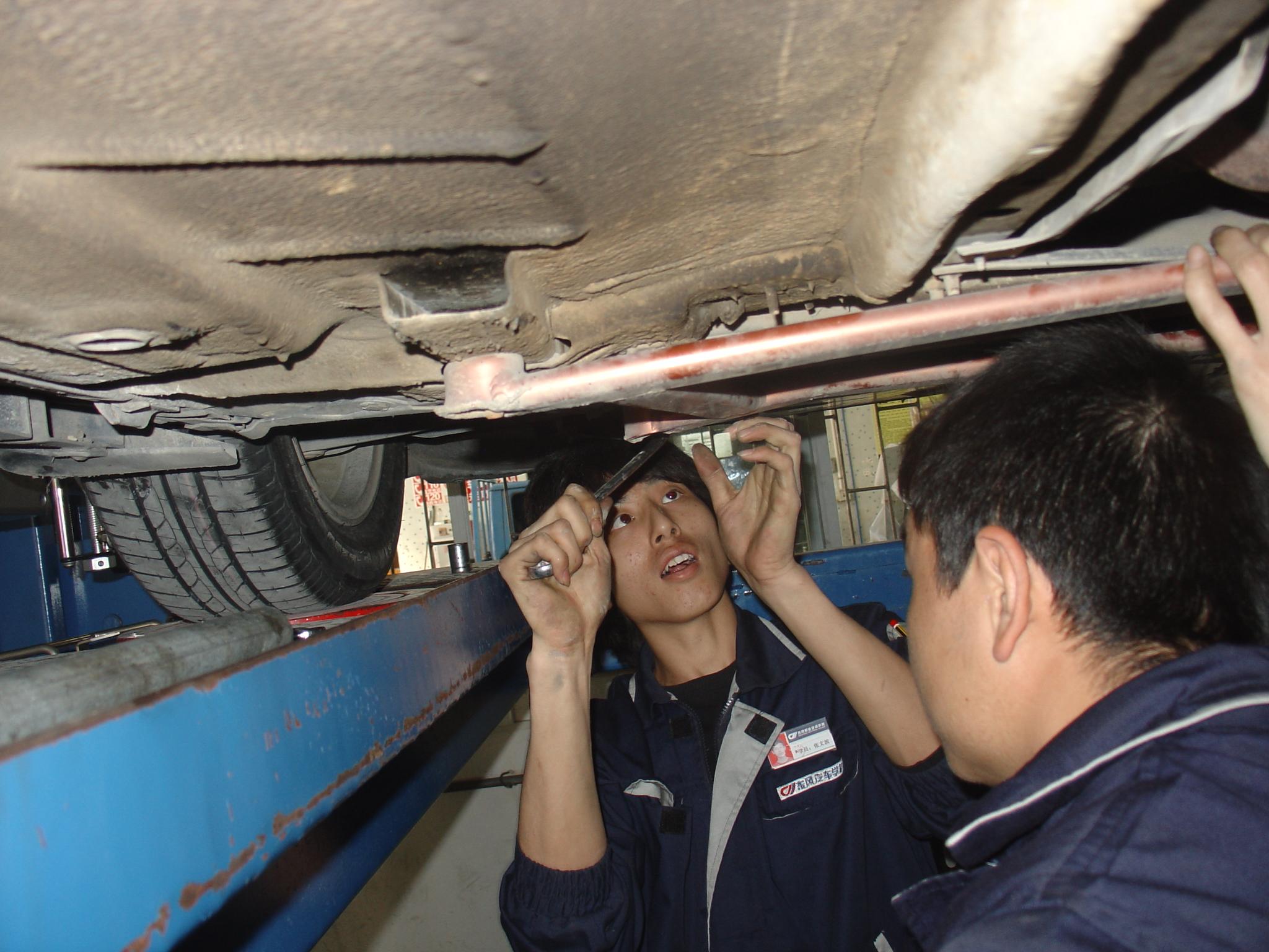 汽车机电维修10年5班 李 焜 指导老师:钟广辉   这次做的项目高清图片